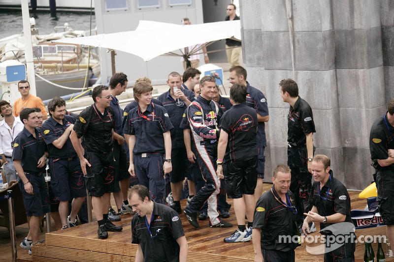 David Coulthard y el equipo de Red Bull Racing celebran el primer podio
