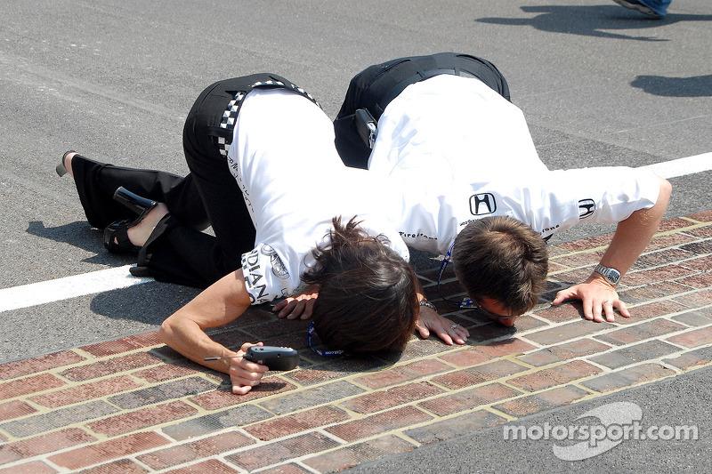 Beth et Doug Boles sur le sol de briques