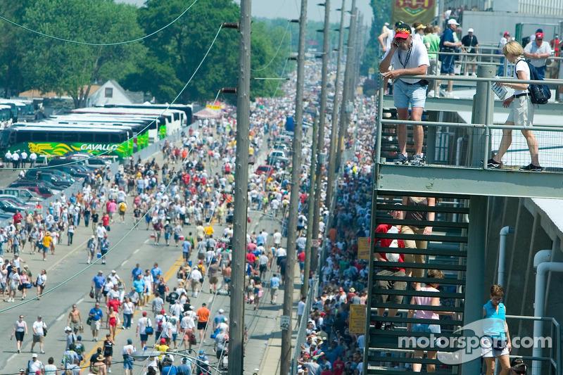 La large foule sur ma 16e avenue se frayent un chemin vers le Speedway