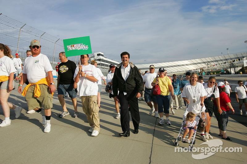 Le président de la NASCAR Mike Helton participe à une marche de charité pour la fondation NASCAR au Dover International Speedway