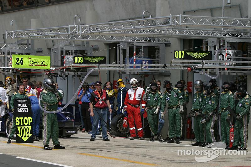 L'équipe Aston Martin Racing attend la voiture #009