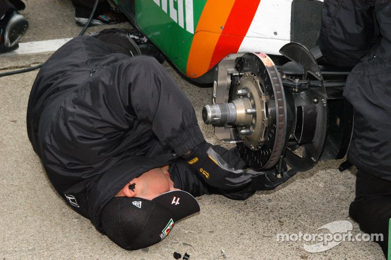Ajustement des freins sur la voiture de Tony Kanaan