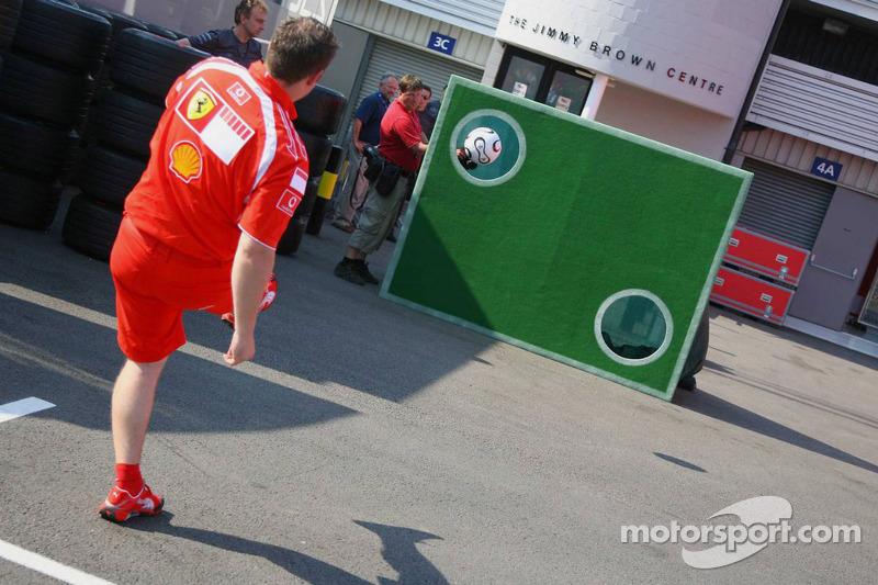 Un mécanicien de Ferrari joue un petit peu au football