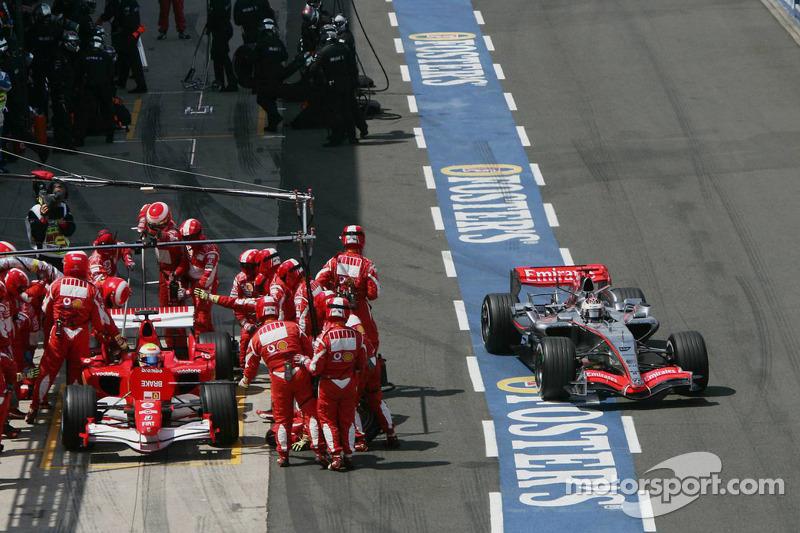 Kimi Räikkönen sort de la ligne des stands et Felipe Massa fait un arrêt au stand