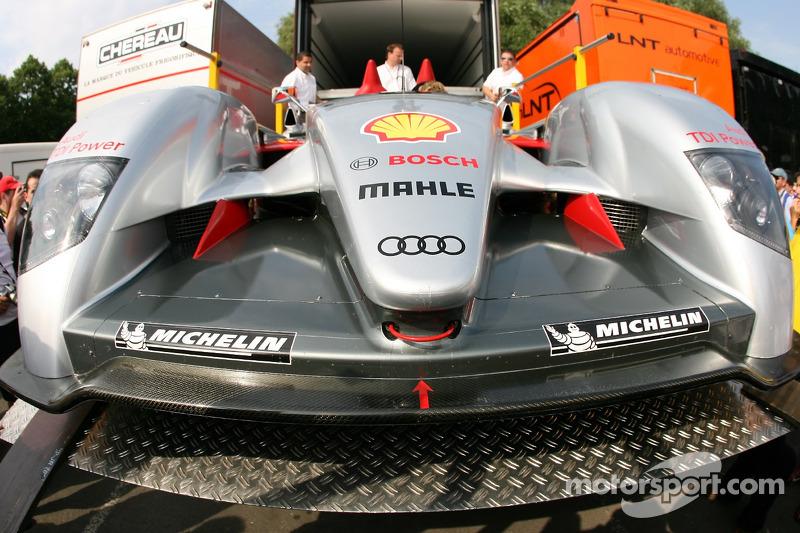 La Audi Sport Team Joest Audi R10 est déballée