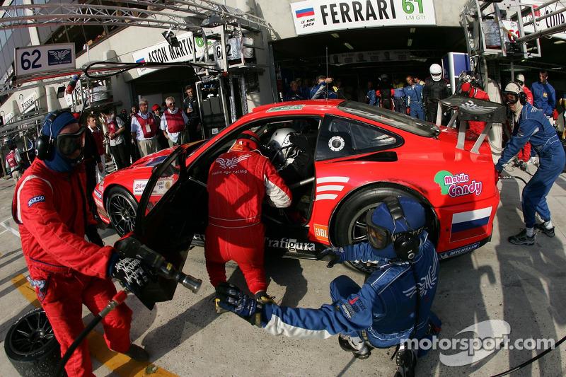 Arrêt au stand pour #61 Cirtek Motorsport Ferrari 550 Maranello: Christian Vann, Nigel Smith, Tim Sugden
