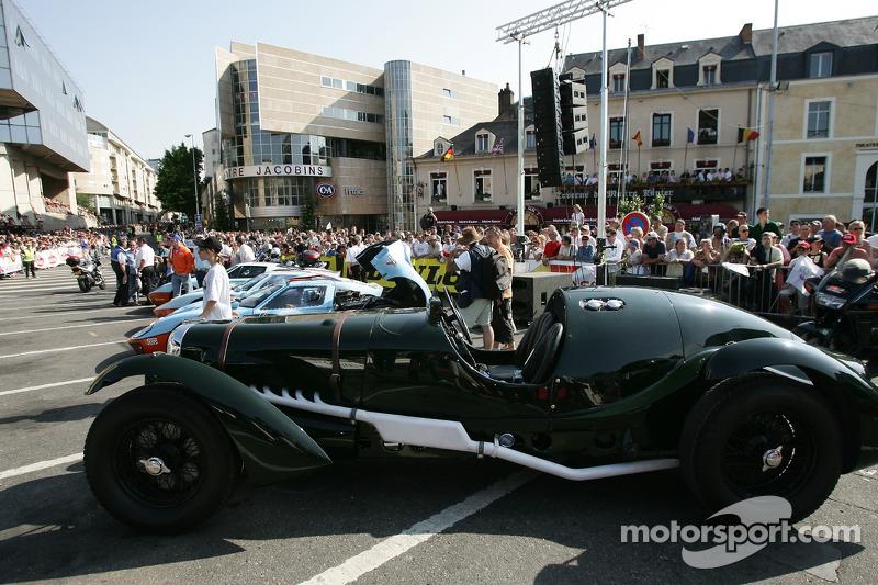 Des voitures exotiques et d'époque en exposition