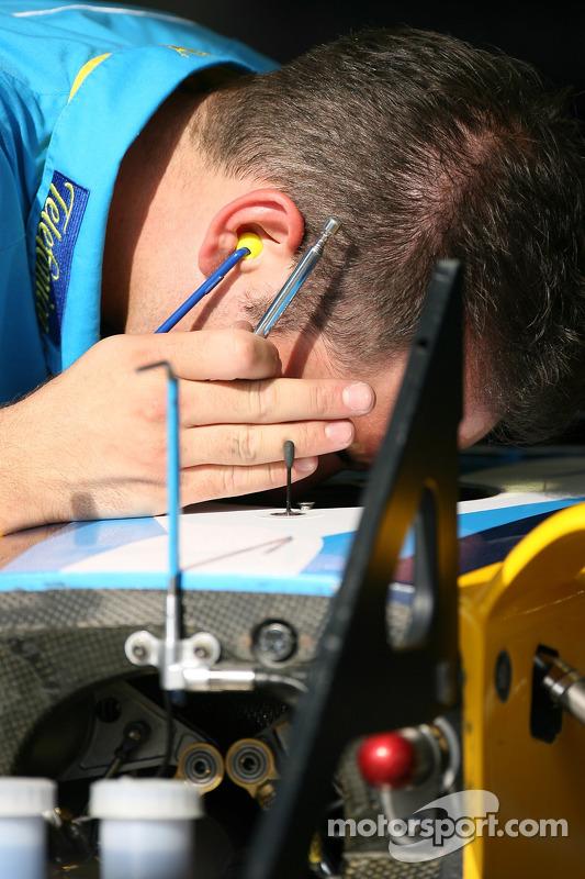Un membre de l'équipe Renault au travail