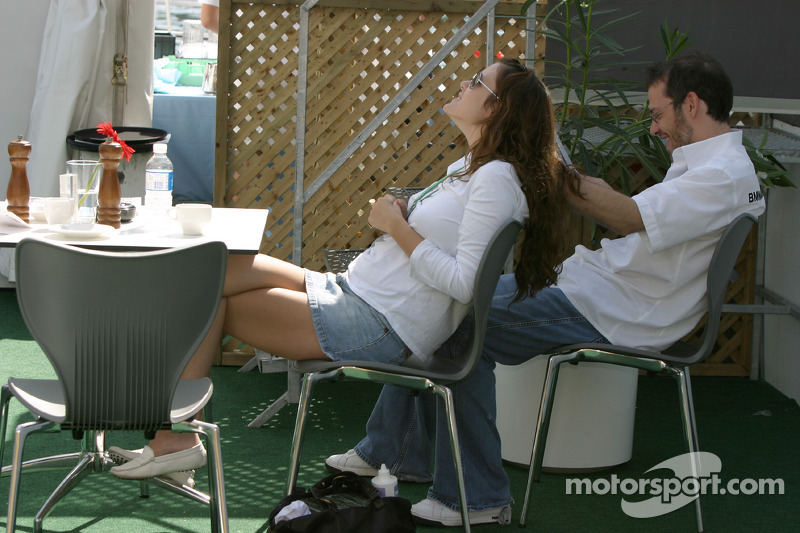 Jacques Villeneuve partage un moment avec sa femme Joanna