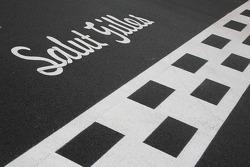 L'hommage à Gilles Villeneuve sur la ligne de départ/arrivée