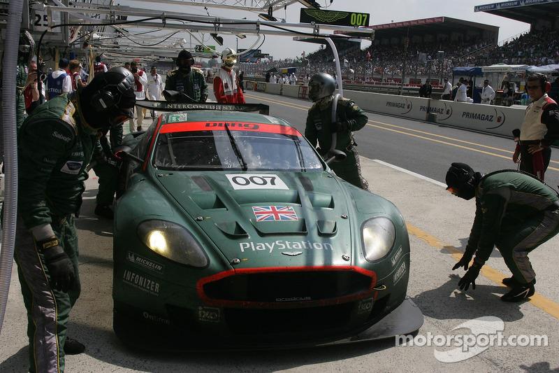 #007 Aston Martin Racing Aston Martin DBR9 dans les stands