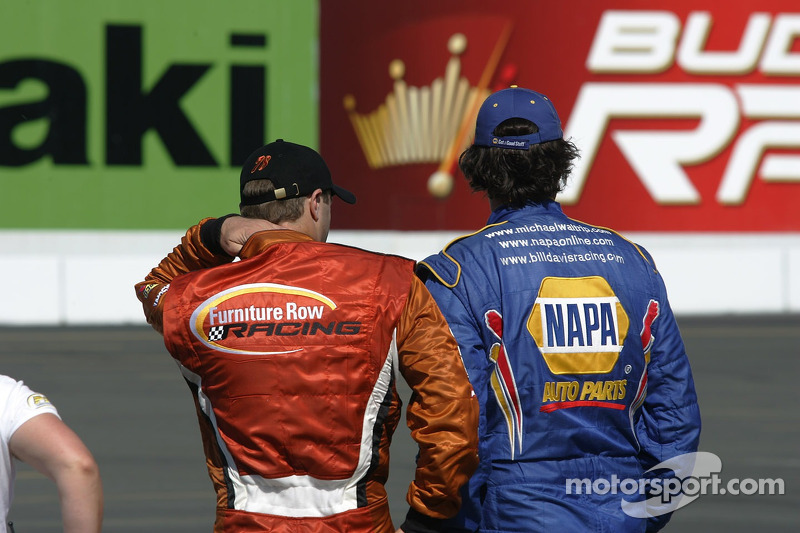 Michael Waltrip et Travis Kvapil regardant les qualifications