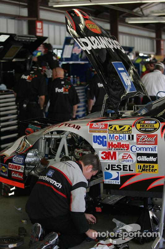 L'équipe travaillant sur la voiture de Kevin Harvick