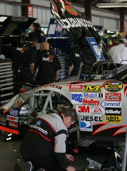 The crew working on the car of Kevin Harvick