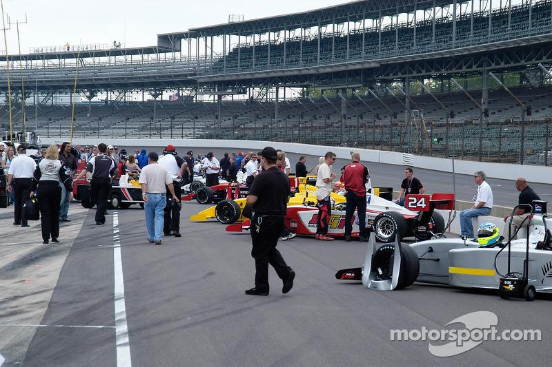 Les voitures Indy Pro Series s'alignent pour les qualifications