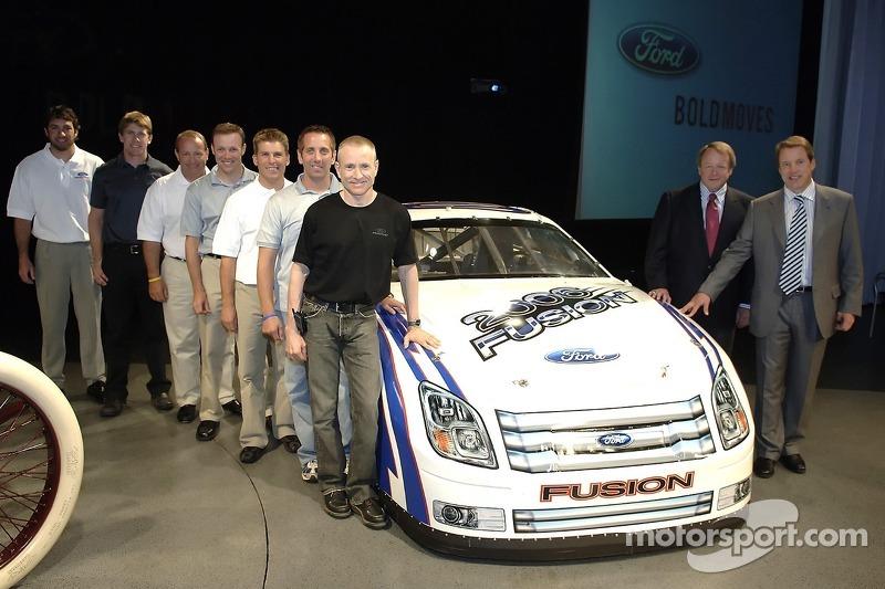 Bill Ford et Edsel Ford avec les pilotes de NASCAR NEXTEL Cup de Ford à un pep rally d'employé à Ford World Headquarters