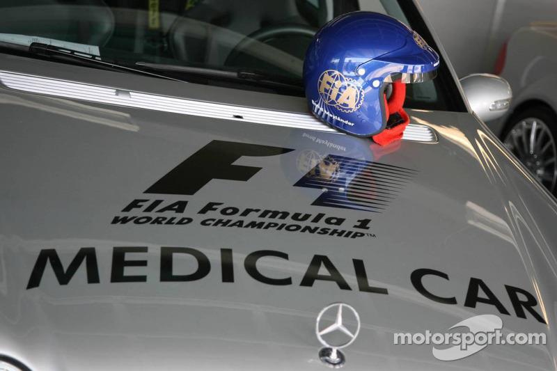 Voiture médicale de la Formule 1 avec le casque de Bernd Mayleter