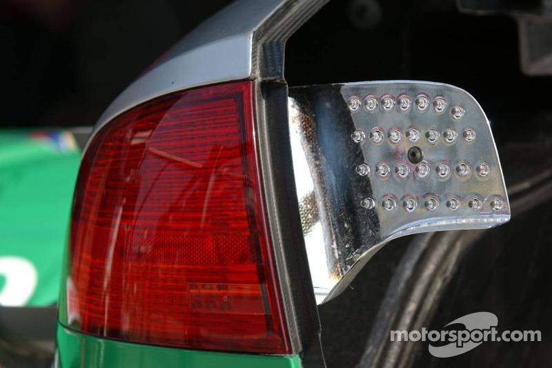 Détail de l'installation du feu arrière sur la voiture de Pierre Kaffer