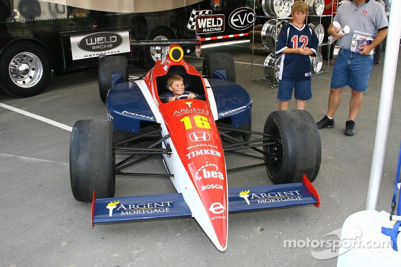 Un jeune fan vérifie la voiture de spectacle de Danica Patrick