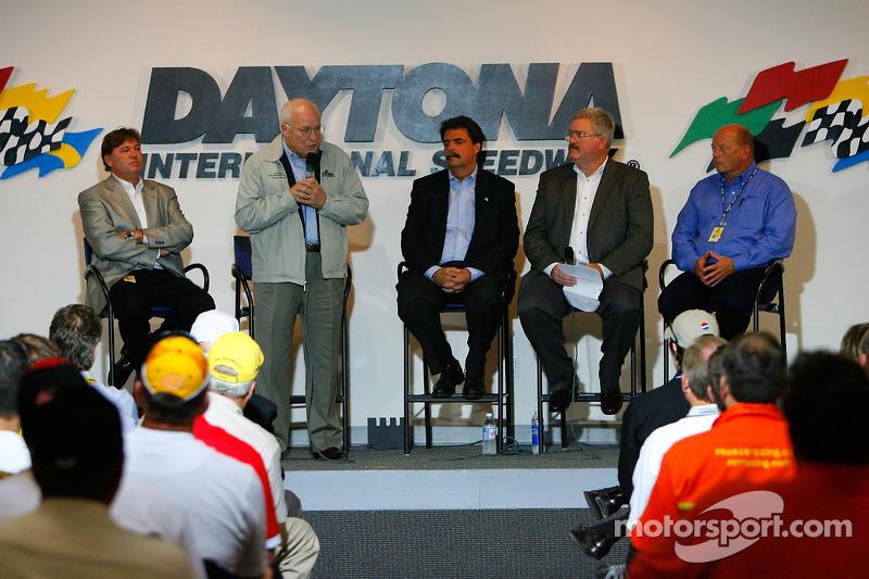 Le vice président américain Dick Cheney parle sur la scène avec Robin Pemberton, le président de NASCAR Mike Helton, le directeur général de l'événement David Hoots, et le directeur de NASCAR Nextel Cup Series John Darby