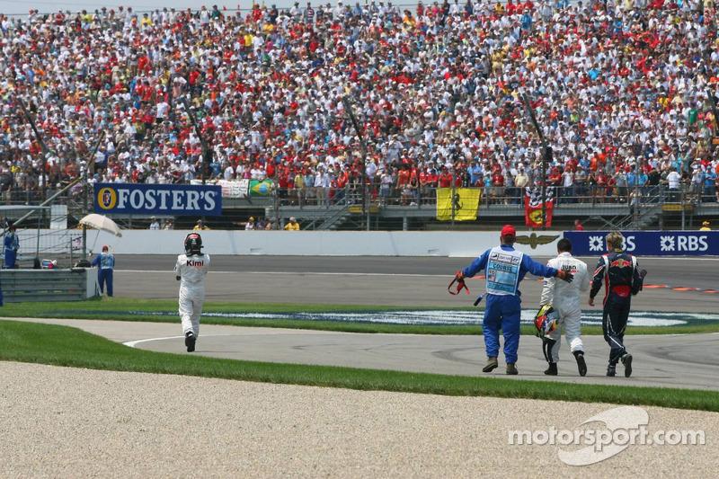 Accident au premier virage : Juan Pablo Montoya, Kimi Räikkönen et Scott Speed