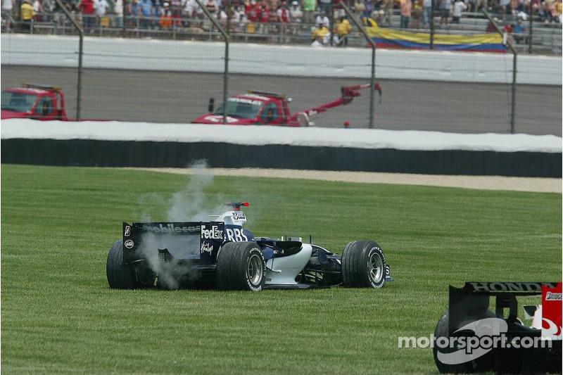La voiture de Mark Webber après l'accident au premier virage