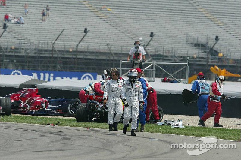 Montoya verlässt die Unfallstelle mit Teamkollege Räikkönen ...