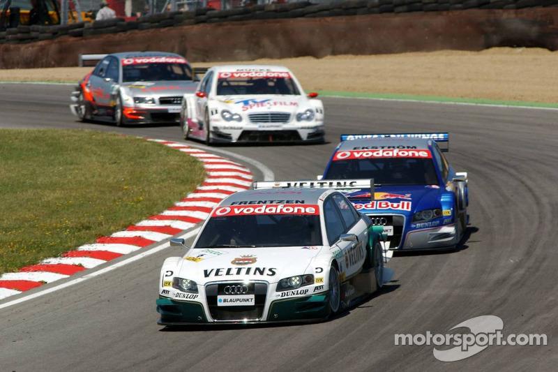 Heinz-Harald Frentzen devance un groupe de voitures de DTM dans le Paddock Hill Bend