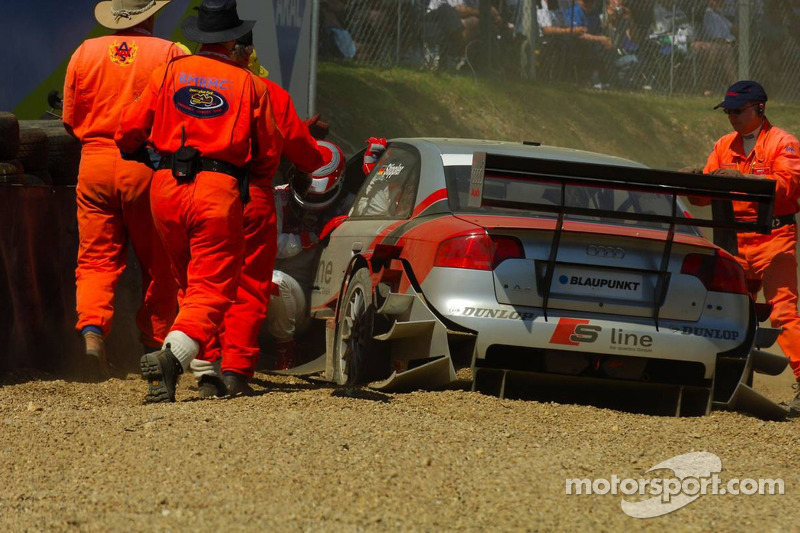 Frank Stippler se retire de la course après avoir heurté le mur de pneus