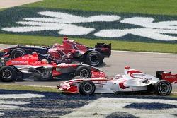 Crash at first corner: Christijan Albers, Vitantonio Liuzzi and Takuma Sato