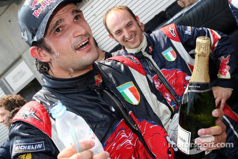 Vitantonio Liuzzi fête le point final avec son équipe