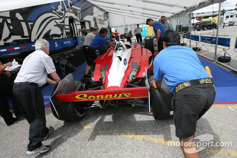 La voiture de Dale Coyne Racing à l'inspection technique