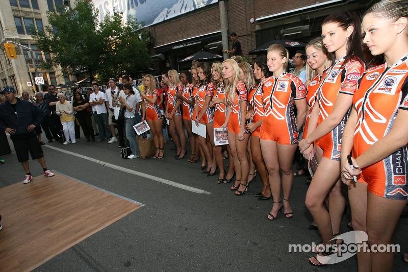 Fête John Street : des jeunes filles de Champ Car regardent la course