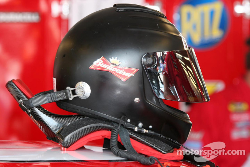 Le dispositif HANS de Dale Earnhardt Jr. est connecté à son casque