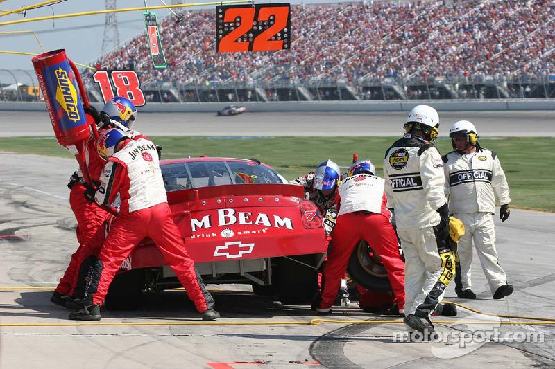 Deux employés de NASCAR surveillent de près l'arrêt au stand de Robby Gordon