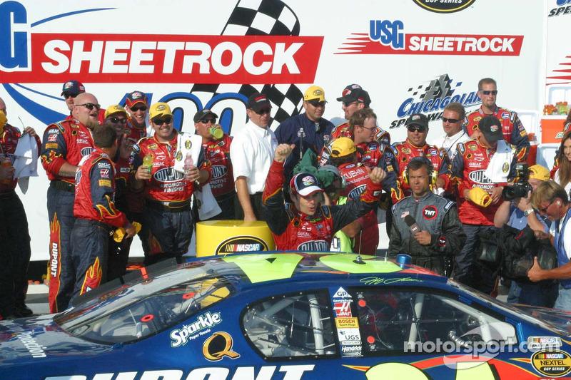 Jeff Gordon sort la voiture dans la ligne de victoire