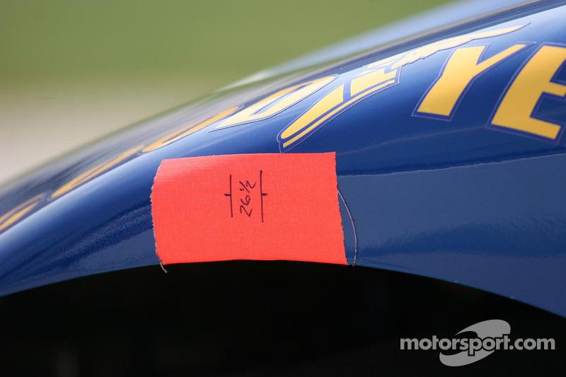 Les renseignements sur les pneus sont placés sur la voiture
