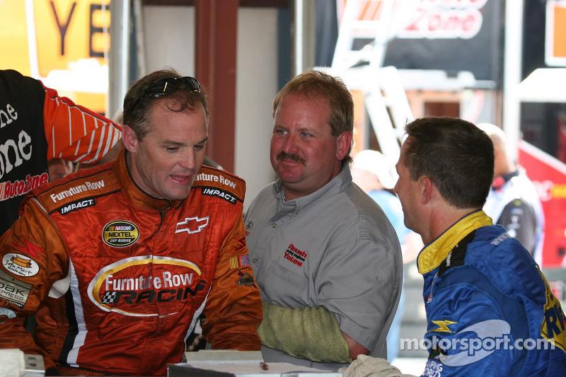 Kenny Wallace et John Andretti s'entretiennent après l'entraînement