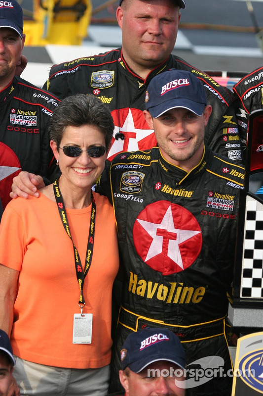 Casey Mears et sa mère dans la ligne de victoire