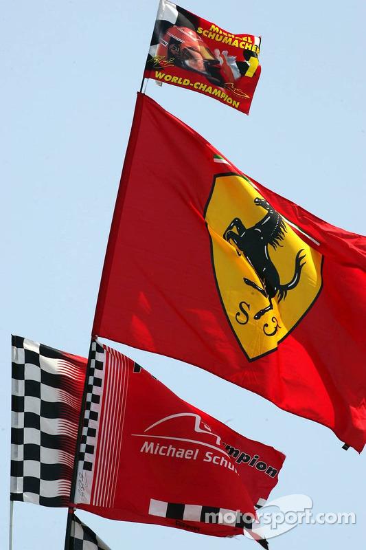 Des drapeaux de fans pour Michael Schumacher