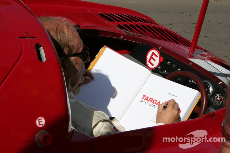Nino Vaccarella signe le livre Targa Florio