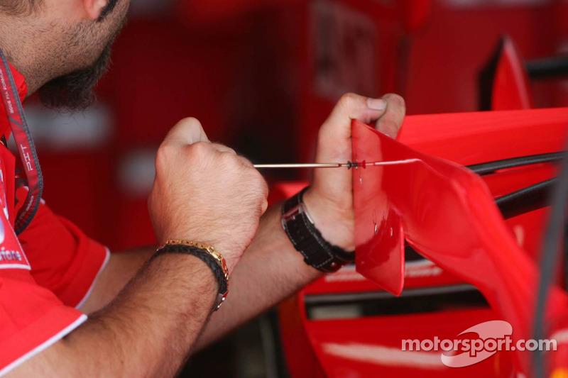 Un mécanicien de Ferrari change les petits ailerons ajustables