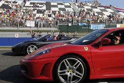 Michael Schumacher et Felipe Massa conduisent des voitures de Ferrari F430