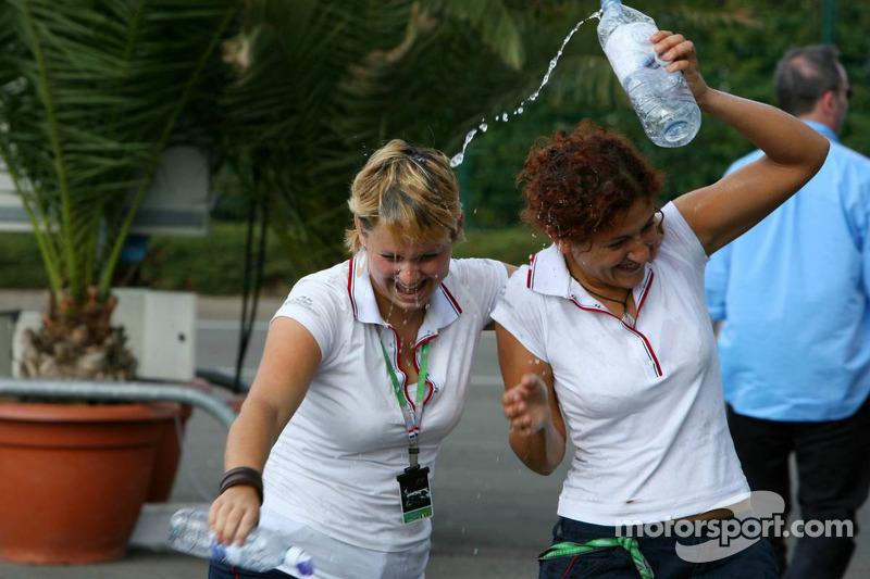 Des jeunes hôtesses de Red Bull s'amusent avec des bouteilles d'eau