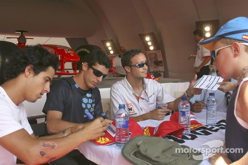 Andreas Zuber, Jose Maria Lopez et Lucas Di Grassi signent des autographes dans la tente de Bridgestone