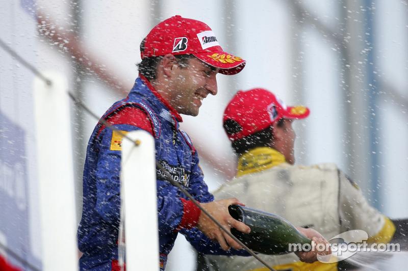 Podium: le vainqueur de la course Timo Glock fait la fête