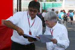 Pasquale Lattuneddu, chef des opérations de la FOM, parle avec Bernie Ecclestone