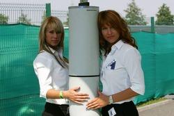 Des jeunes femmes de la sécurité à la porte