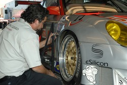 Un technicien de Flying Lizard Motorsports au travail