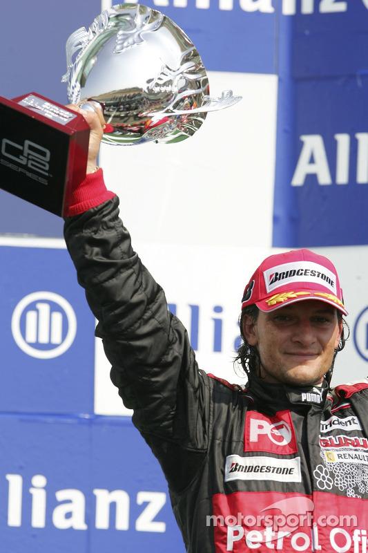 Giorgio Pantano célèbre sa victoire sur le podium
